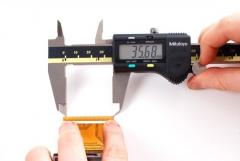 ابزار اندازه گیری طول و سطح مانند کولیس با برند میتوتیو ژاپن