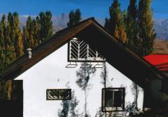 یک ساختمان ویلایی دو طبقه